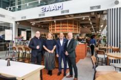 Getroffen horecaondernemers eregasten tijdens officiële opening Bar Bistro Saam
